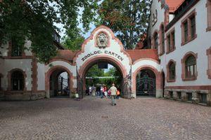 File:Leipzig - Zoo - Gründer-Garten - Eingang 03 ies.jpg