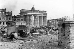 File:Bundesarchiv B 145 Bild-P054320, Berlin, Brandenburger Tor und Pariser Platz.jpg
