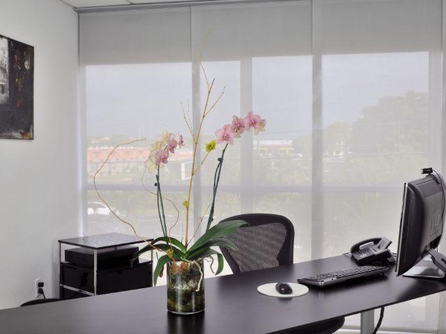 Cortina painel tela solar escritório