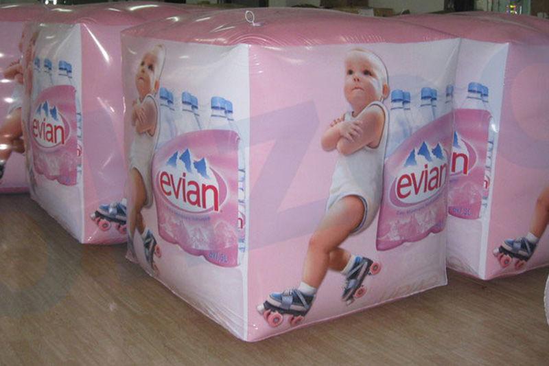 plv ballon cube evian avec bébé