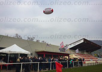 ballon de rugby geant gonflé à l'hélium