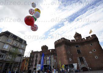 multitude de gros ballon hélium qui vole dans le ciel