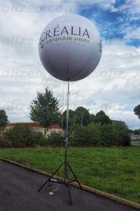 Un ballon de 2m gonflé à l'air posé sur un mât télescopique montant jusqu'à 4m de hauteur