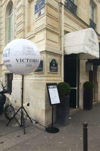 Un ballon publicitaire sur pied devant l'hotel Victoria de paris