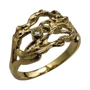 Guldring designet med rustik struktur og elegant tynd ringskinne