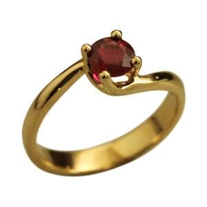Guldring med rubin