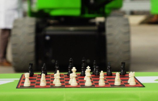 Can the HR17NE play chess?