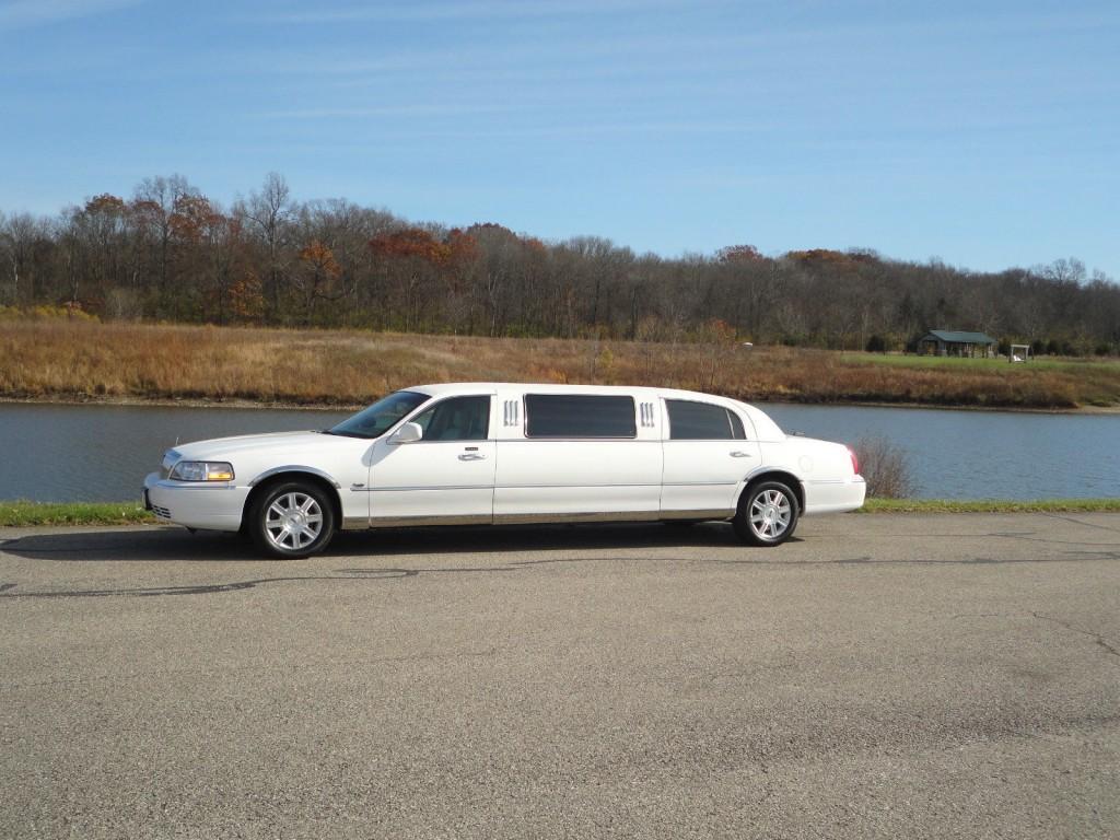 2006 Lincoln Town Car 66″ Limousine