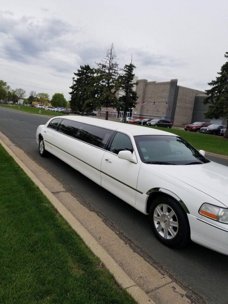 Mint Condition 2006 Lincoln Town Car limousine