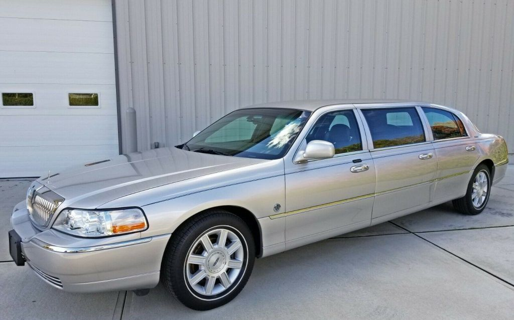 low mileage 2006 Lincoln Town Car 44″ 6 Door Limousine