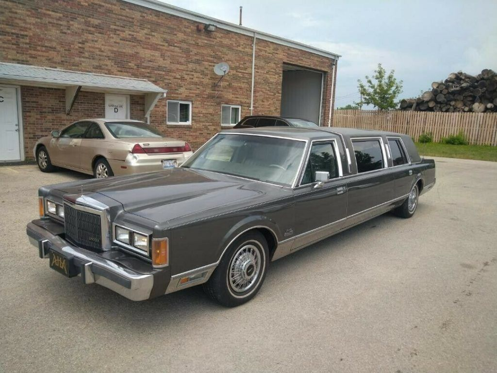 very nice 1989 Lincoln Town Car Limousine