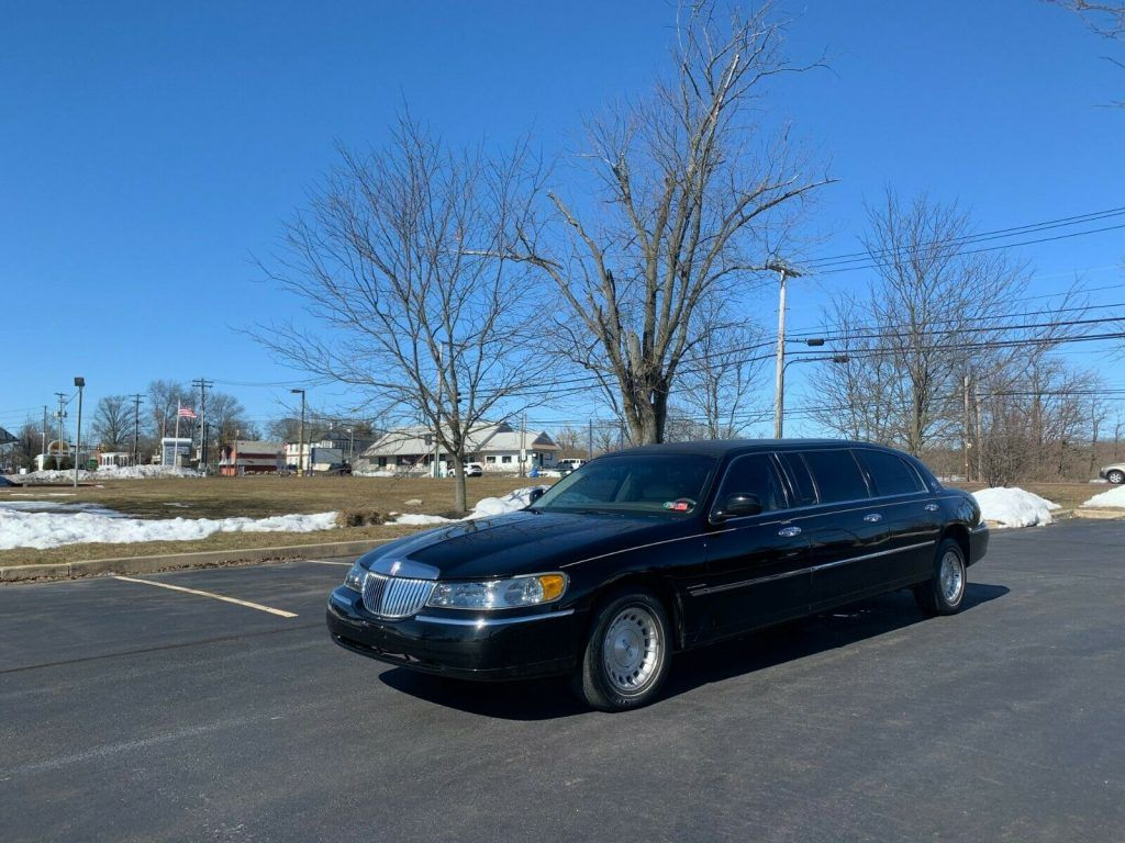 1999 Lincoln Town Car limousine [extremely clean]
