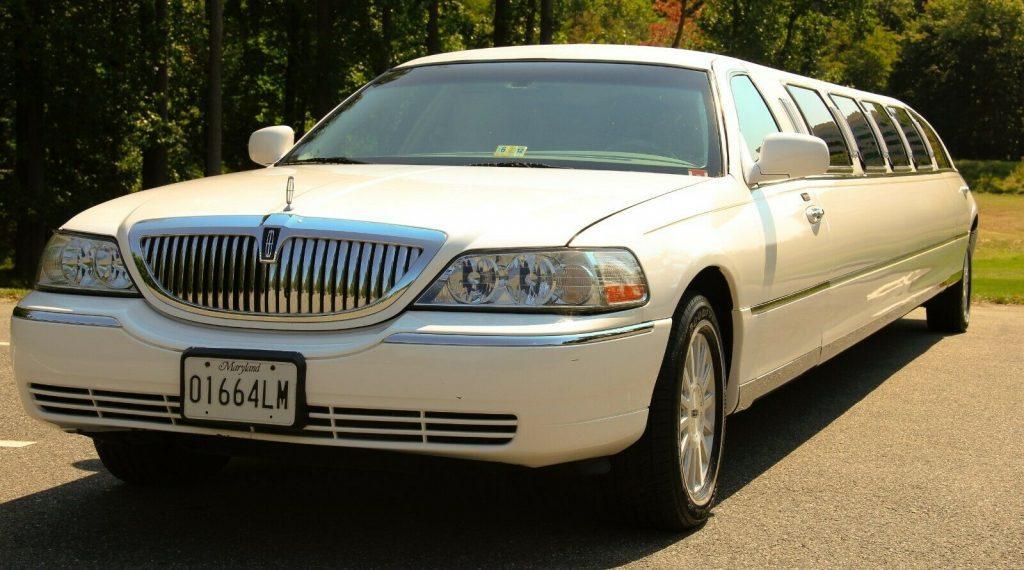 2003 Lincoln Town Car Limousine [14 passenger limo]