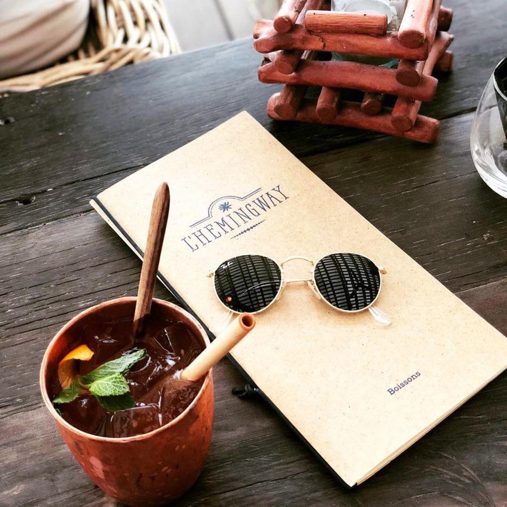 Photo d'un cocktail et de la carte de l'Hemingway