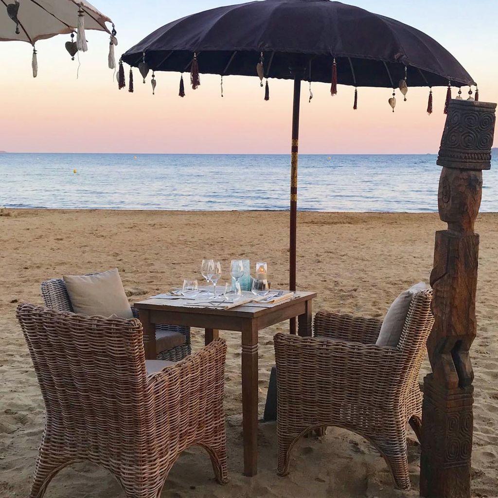 Photo d'un coucher de soleil sur la plage privée de l'Hemingway