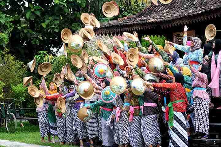 team building seru dengan memakai busana tradisional