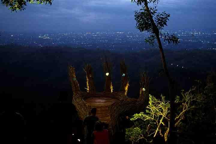 Pinus Pengger - Anyaman Tangan - Gemerlap Lampu Kota Yogyakarta