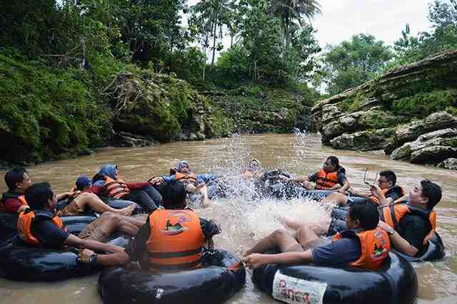 paket wisata gathering karyawan liburan keluarga 2 hari 1 malam cave tubing wisata selfie instagramable hutan pinus imogiri jeep merapi outbound