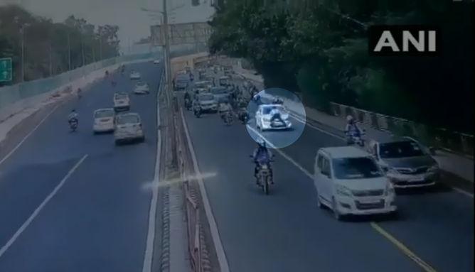 दिल्ली ट्रैफिक पुलिस जवान ने कार रोकने को कहा तो चालक ने किया कुछ ऐसा देख आप भी रह जाएंगे हैरान