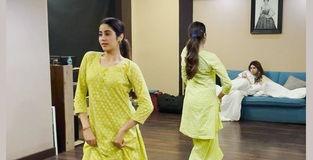 जाह्नवी कपूर ने 'कान्हा माने ना' गाने पर किया डांस, देखें वायरल Video