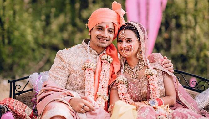 'मिर्जापुर 2' एक्टर Priyanshu Painyuli ने की गर्लफ्रेंड वंदना जोशी के साथ शादी, देखे तस्वीरें