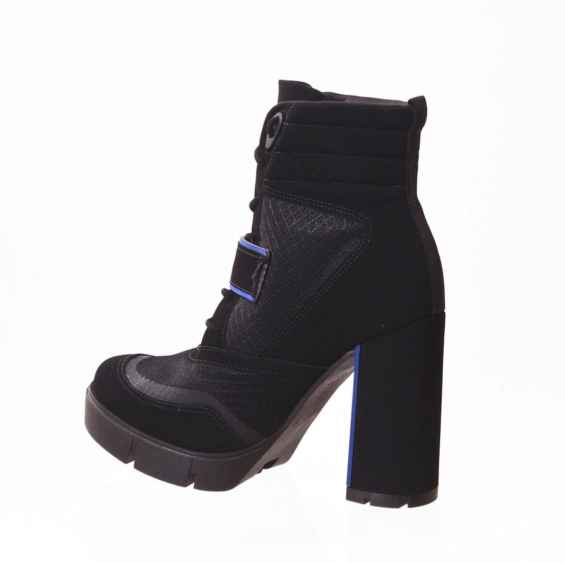 736fd5964 ... Bota Coturno Bebecê Ankle Boot Nobuck Solado Tratorado Detalhe Vélcro  Preta e Azul ...