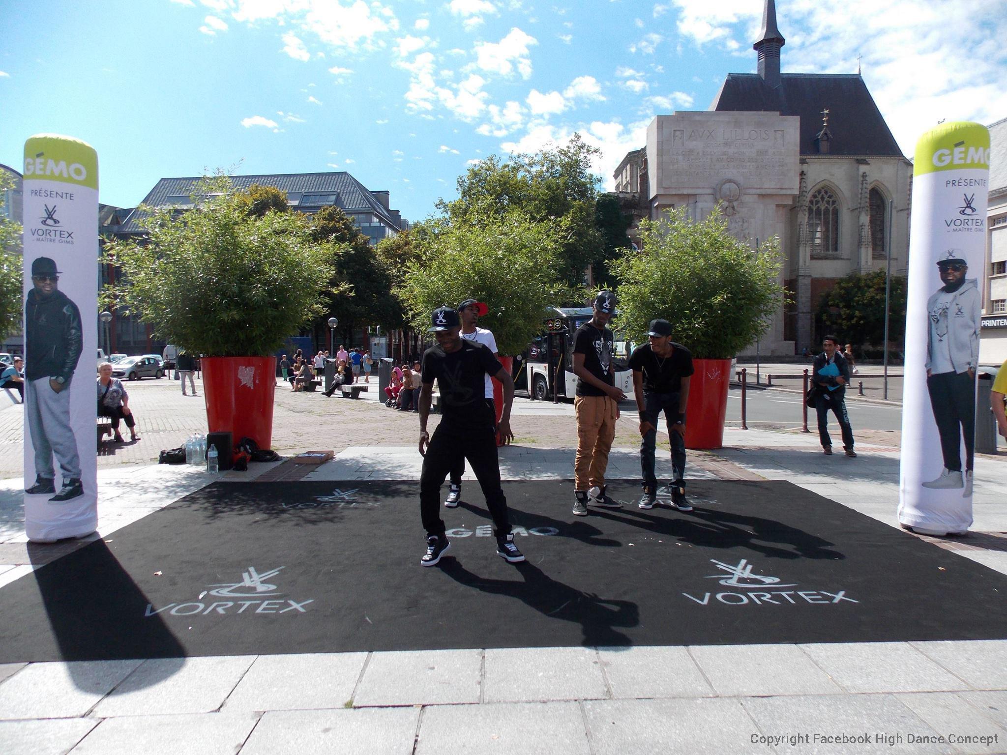 2 colonnes gonflables Gemo sur un flashmob à lille