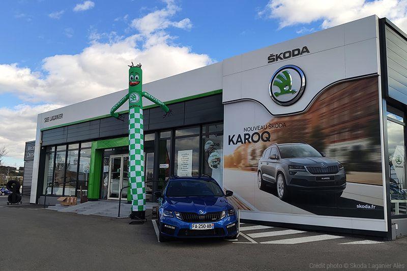 skydancer skoda devant concession automobile