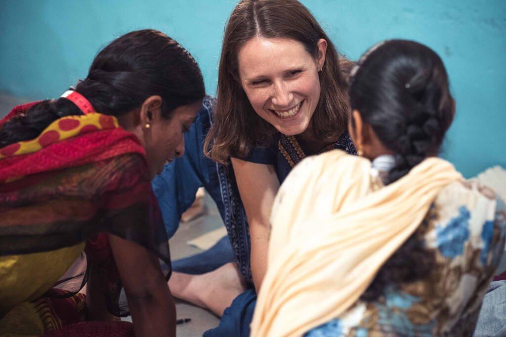 Drei Frauen von Jyoti Fair Works scherzen bei der Arbeit