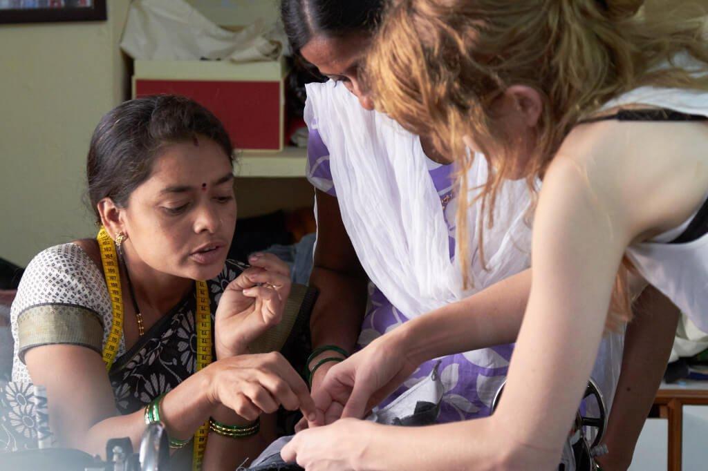 Drei Frauen bei der Arbeit an der neuen Kollektion von Jyoti Fair Works