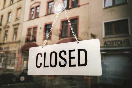"""Geschäft hat geschlossen, das """"closed"""" Schild ist an der Ladentür"""