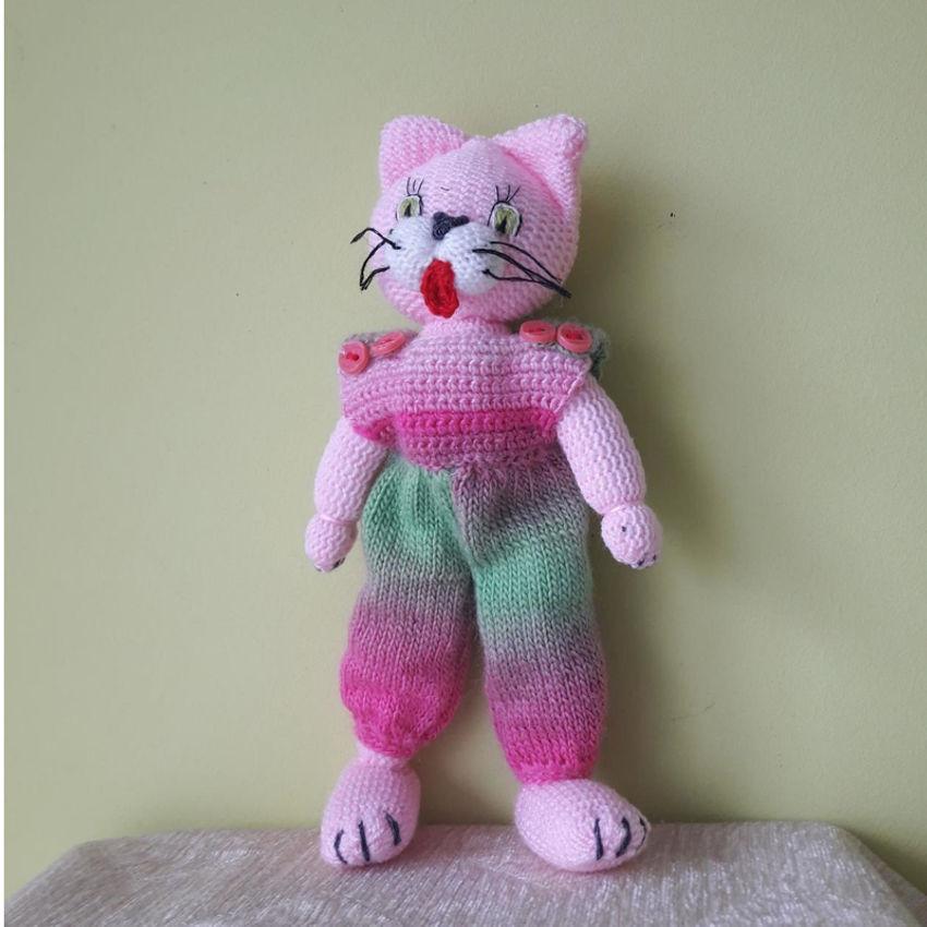 žaislai | minkšti | rankų darbo megztas katinas su kombinezo