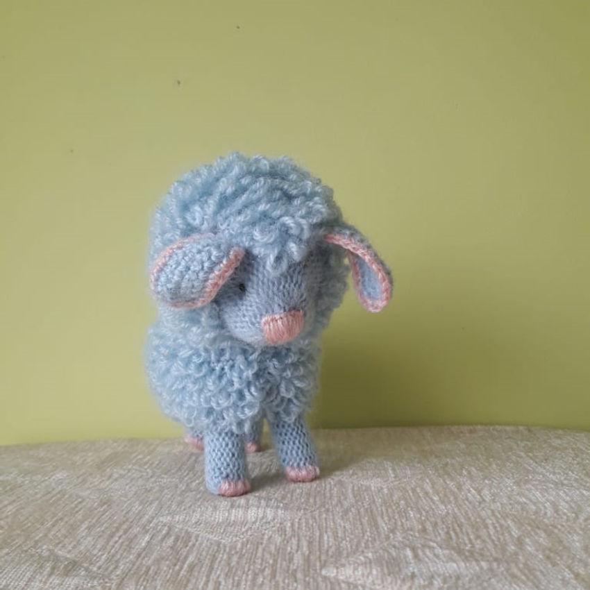 žaislai   minkšti   rankų darbo megzta avytė, 14 cm aukščio.