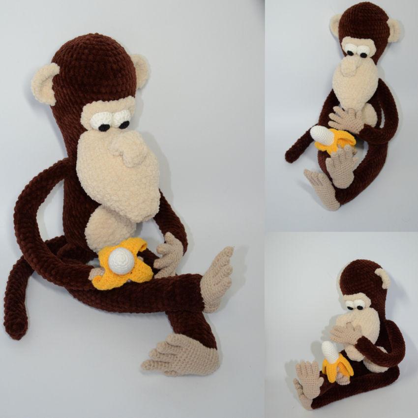 žaislai | minkšti | išdykusi beždžionėlė su bananu rankoje,