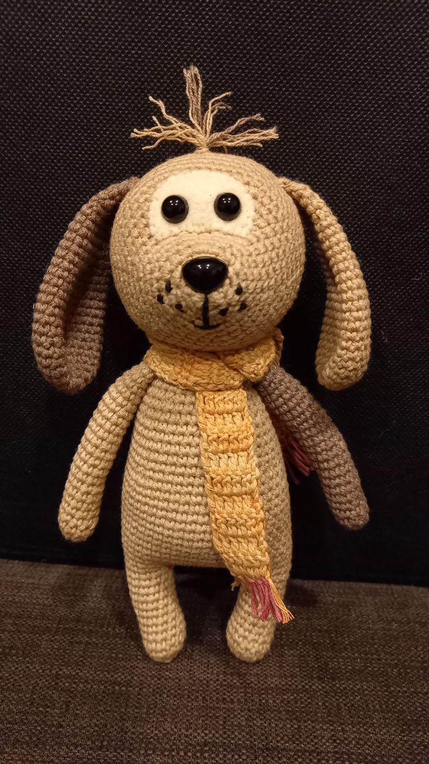 žaislai | minkšti | nedidelis nertas šuniukas su šalikėliu,