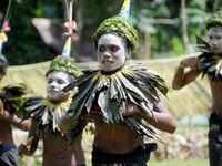 Met kalk bestreken gezichten en een kraag van bananenbladeren dansen deze locals doorheen de jaarlijkse festiviteiten. © Heritage Expeditions