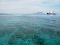 De Spirit of Enderby ligt op veilige afstand in de diepere wateren, ver van de scherpe riffen. © Heritage Expeditions