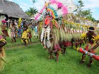 De originele feestelijke klederdracht bestaat hier voornamelijk uit veren en plantendelen. © Heritage Expeditions