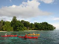 Met kayaks verkennen we de witte stranden en mangroven van de Melanesische eilanden. © Heritage Expeditions