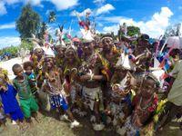 We bezoeken een van de dorpen tijdens een uitgebreid feest! © Heritage Expeditions