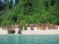 De bevolking heet ons welkom op traditionele wijze. © Heritage Expeditions