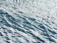 Een detail van een gletsjer, waarop we puin en  gletsjerwater zien stromen.  © Sebastian Vervenne
