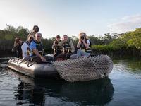 Elkaar fotograferen tijdens een boottocht doorheen de mangroven. © Yves Adams