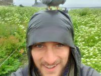 Selfie de notre guide Noé avec une sterne arctique sur la tête