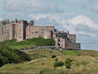 Le chateau de Bamburgh trône fièrement sur la côte