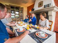 Gezellig tafelen en genieten van een Frans ontbijt. © Billy Herman