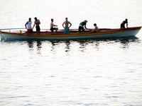 Lokale vissers na een dag hard zwoegen. © Billy Herman
