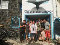 Groepsfoto voor het whale watching center. © Billy Herman