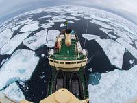 Ons schip ploegt moeiteloos doorheen de Noordelijke IJszee. © David 'Billy' Herman