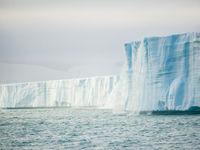 De gelaagdheid in het ijs ontstond door jaren aan sneeuwval die opstapelde. © David 'Billy' Herman